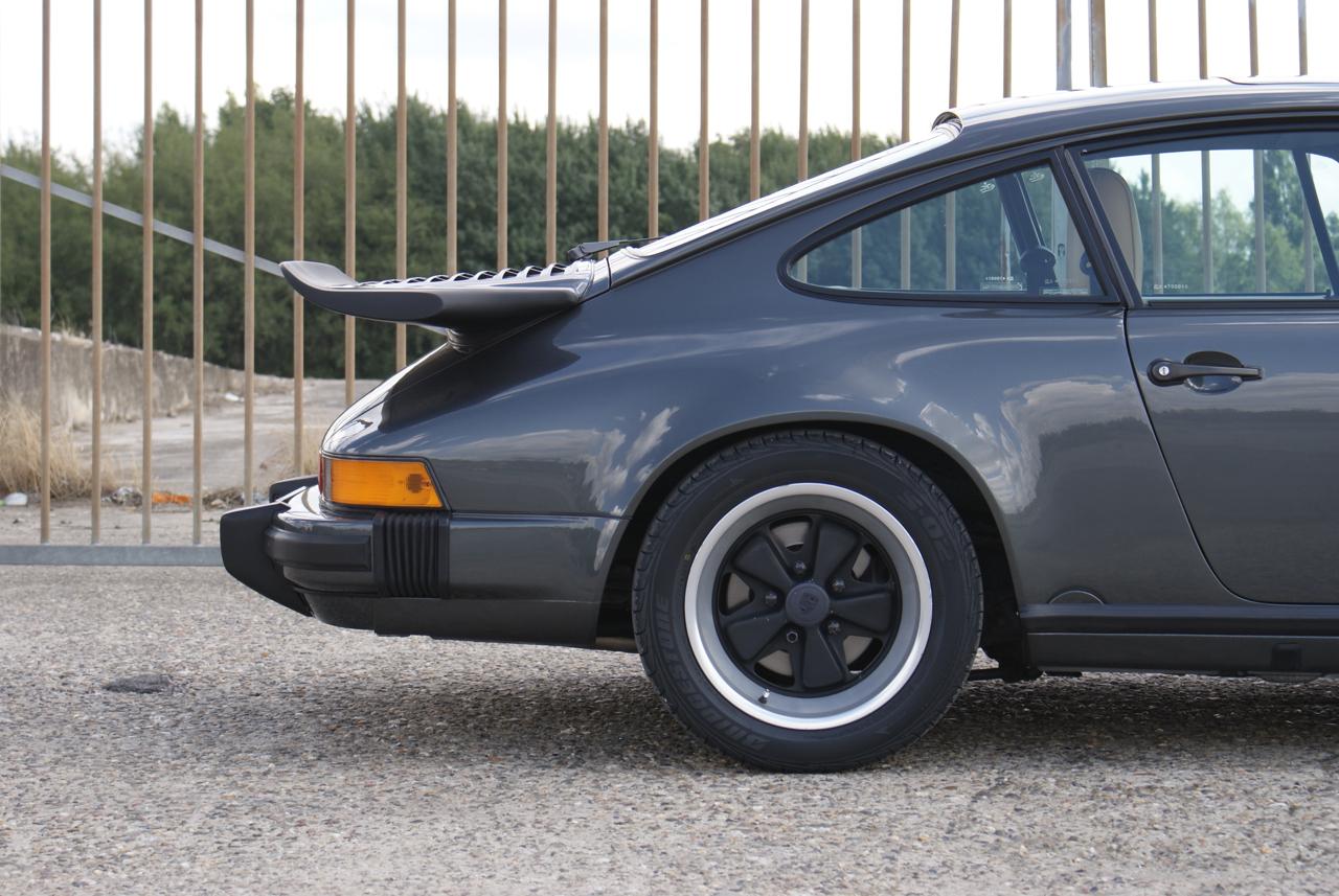 911-youngtimer-Porsche-911-Carrera-Slate-Cashmere-1989-2-of-15